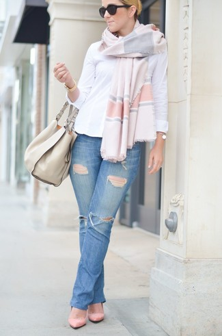 How to wear: beige leather tote bag, pink suede pumps, blue ripped jeans, white dress shirt