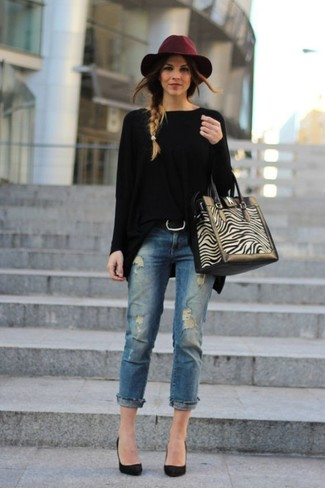 How to wear: beige suede tote bag, black suede pumps, blue ripped jeans, black oversized sweater