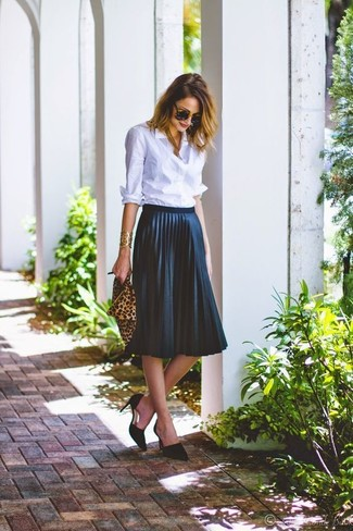 How to Wear a Light Blue Dress Shirt For Women: Breathe an elegant touch into your day-to-day wardrobe with a light blue dress shirt and a navy pleated midi skirt. Black suede pumps tie the outfit together.