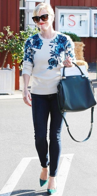 How to wear: navy leather tote bag, teal suede pumps, navy skinny jeans, white and blue floral crew-neck sweater