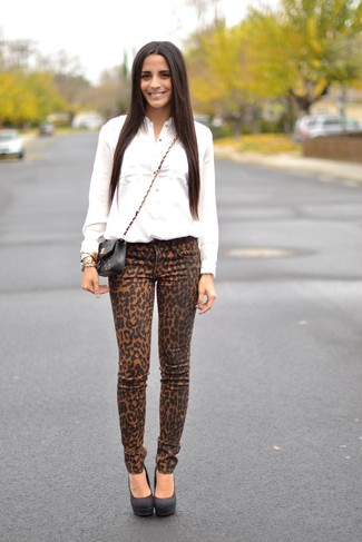 How to wear: black quilted leather crossbody bag, black suede pumps, khaki leopard skinny jeans, white dress shirt