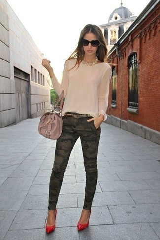 How to wear: beige leather satchel bag, red leather pumps, dark green camouflage skinny jeans, beige long sleeve blouse