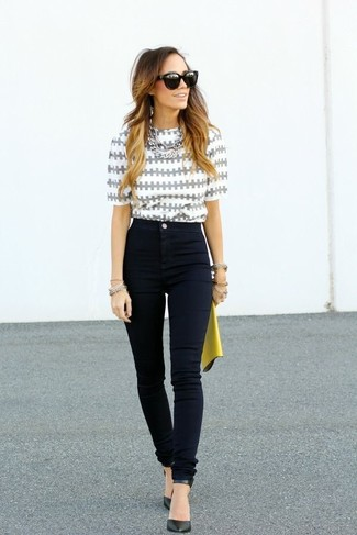 How to wear: yellow leather clutch, black leather pumps, black skinny jeans, grey print short sleeve blouse