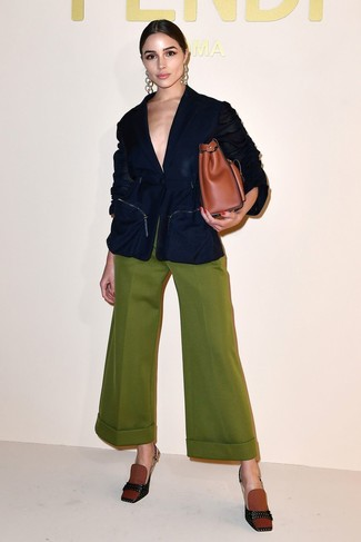 How to Wear a Tobacco Leather Tote Bag: Reach for a navy blazer and a tobacco leather tote bag for a laid-back take on day-to-day combinations. Balance out your outfit with a more refined kind of shoes, such as this pair of tobacco canvas pumps.