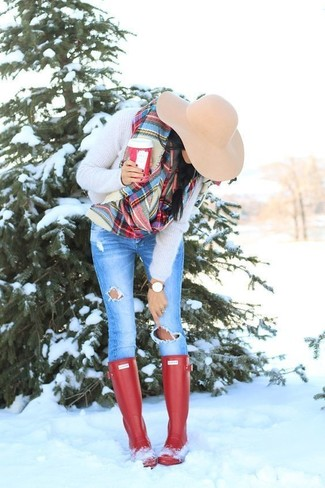 How to wear: beige wool hat, red rain boots, blue ripped skinny jeans, beige fluffy crew-neck sweater