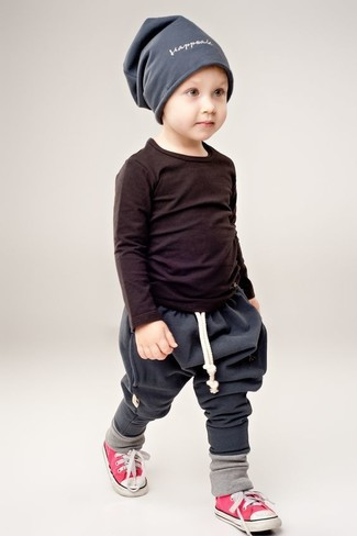 How to wear: grey beanie, red sneakers, charcoal sweatpants, black long sleeve t-shirt