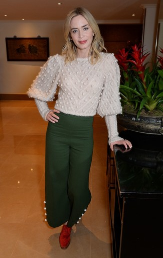 How to Wear a Beige Cable Sweater For Women: This casual pairing of a beige cable sweater and dark green wide leg pants is capable of taking on different nuances according to the way it's styled. Red suede oxford shoes are guaranteed to give an air of elegance to this look.