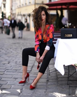 How to Wear Red Suede Pumps: A multi colored floral long sleeve blouse and black skinny pants are a combination that every chic woman should have in her off-duty lineup. A pair of red suede pumps integrates perfectly within a ton of outfits.