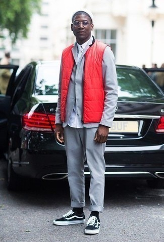 How to Wear a White Beanie For Men: This combination of a red quilted gilet and a white beanie is very easy to throw together and so comfortable to rock all day long as well! Feeling creative today? Jazz up your ensemble by rounding off with black and white canvas low top sneakers.