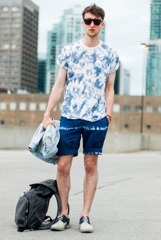 How to wear: beige suede derby shoes, navy tie-dye shorts, blue tie-dye crew-neck t-shirt, light blue denim jacket