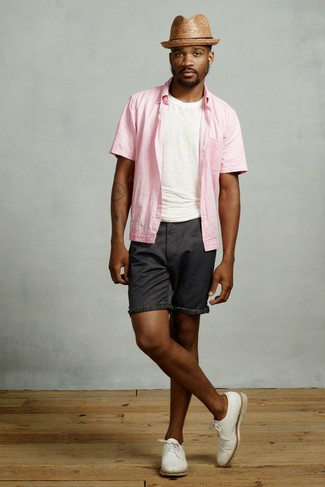 How to wear: white leather derby shoes, black shorts, white crew-neck t-shirt, pink short sleeve shirt