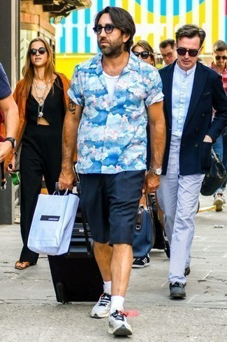 How to Wear a Black Suitcase For Men: For relaxed dressing with a twist, you can easily dress in a blue print short sleeve shirt and a black suitcase. Why not slip into a pair of grey athletic shoes for an added touch of style?