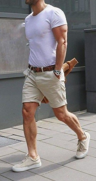Men's Looks & Outfits: What To Wear In 2020: If you're looking to take your casual game up a notch, pair a tan sweatshirt with beige shorts. If you don't know how to finish, complement your look with a pair of beige canvas low top sneakers.