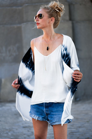 How to Wear Blue Denim Shorts For Women: A white and navy tie-dye kimono and blue denim shorts are the kind of chic casual pieces that you can wear for years to come.