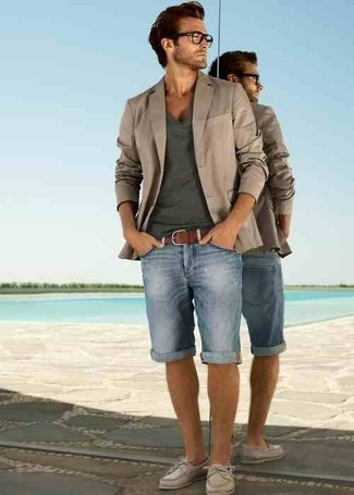 How to wear: beige leather boat shoes, light blue denim shorts, charcoal v-neck t-shirt, beige blazer