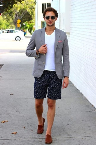 How to wear: brown leather loafers, navy print shorts, white v-neck t-shirt, grey knit blazer