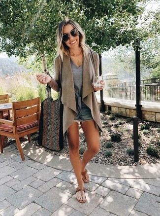 How to Wear a Grey V-neck T-shirt For Women: Want to inject your wardrobe with some off-duty chic? Go for a grey v-neck t-shirt and navy denim shorts. Brown leather thong sandals introduce a relaxed aesthetic to the outfit.