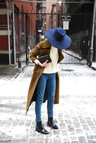 How to Wear a Beige Cable Sweater For Women: For an ensemble that's super simple but can be worn in many different ways, choose a beige cable sweater and blue skinny jeans. Complete this getup with black leather chelsea boots for maximum effect.