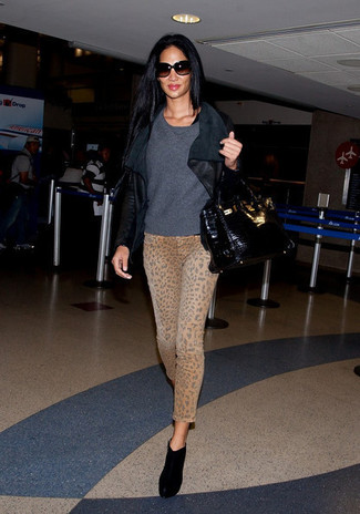 How to wear: black suede ankle boots, khaki leopard skinny jeans, charcoal crew-neck sweater, black leather biker jacket