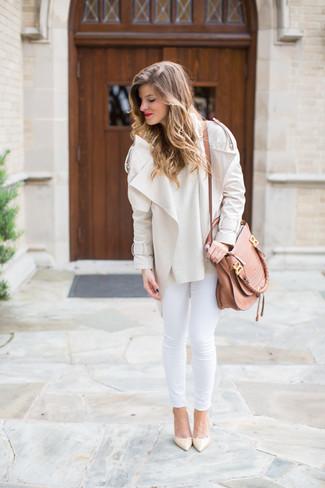 How to wear: beige leather pumps, white skinny jeans, beige crew-neck sweater, beige biker jacket