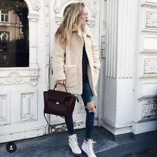 How to wear: white leather lace-up flat boots, navy ripped skinny jeans, black crew-neck sweater, beige fleece coat