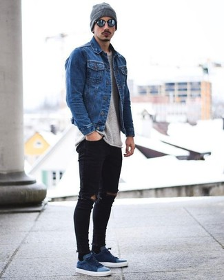 How to wear: navy suede low top sneakers, black ripped skinny jeans, grey crew-neck sweater, blue denim jacket