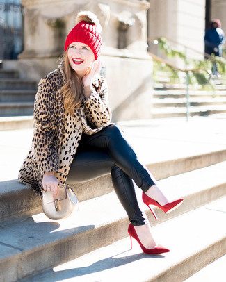 How to wear: red suede pumps, black leather skinny jeans, beige crew-neck sweater, tan leopard fur coat