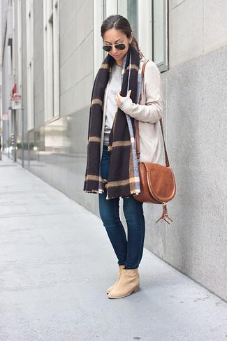 How to wear: beige suede ankle boots, navy skinny jeans, grey crew-neck sweater, beige open cardigan