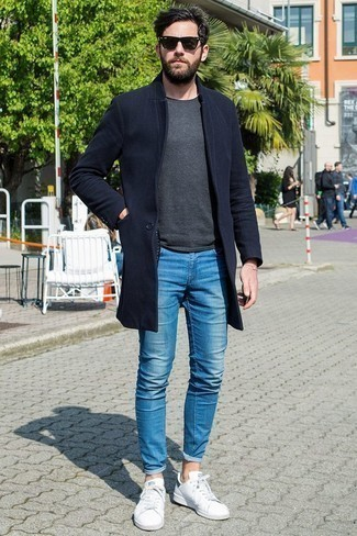 How to Wear a Navy Overcoat: Combining a navy overcoat with blue skinny jeans is an on-point pick for a relaxed yet seriously stylish getup. Balance out your getup with a more relaxed kind of footwear, like this pair of white leather low top sneakers.