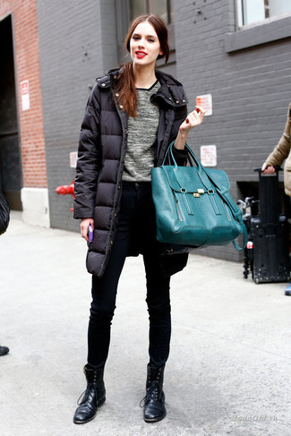 How to wear: black leather lace-up flat boots, black skinny jeans, grey crew-neck sweater, black puffer coat