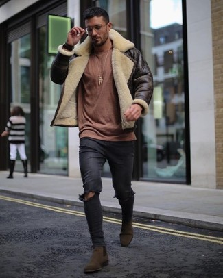 How to wear: dark brown suede chelsea boots, black ripped skinny jeans, brown crew-neck sweater, dark brown shearling jacket