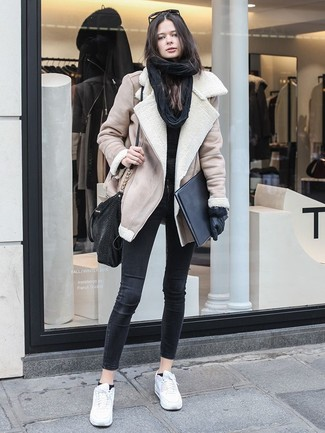 How to wear: white leather low top sneakers, black skinny jeans, black crew-neck sweater, beige shearling jacket