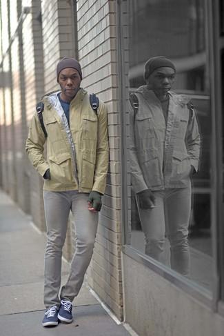 How to wear: navy canvas low top sneakers, grey skinny jeans, blue crew-neck sweater, tan windbreaker