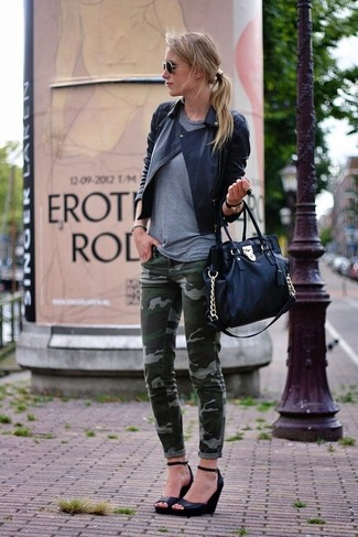 How to wear: black leather wedge pumps, dark green camouflage skinny jeans, grey crew-neck t-shirt, black quilted leather biker jacket