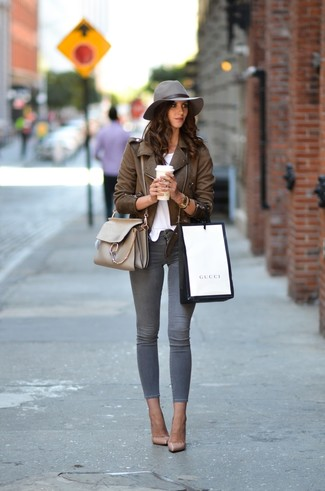 How to wear: beige leather pumps, grey skinny jeans, white crew-neck t-shirt, brown leather biker jacket