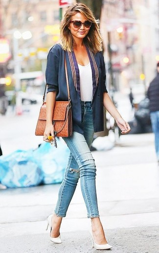 How to wear: white leather pumps, light blue ripped skinny jeans, white crew-neck t-shirt, navy blazer