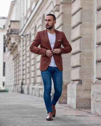 How to wear: brown leather chelsea boots, blue skinny jeans, white crew-neck t-shirt, tobacco blazer