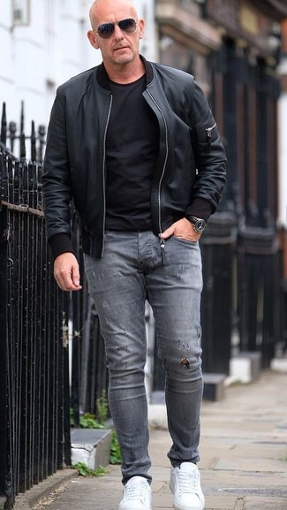 How to wear: white leather low top sneakers, grey ripped skinny jeans, black crew-neck t-shirt, black leather bomber jacket