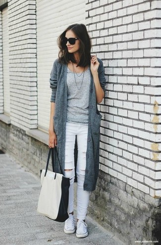 How to wear: white canvas low top sneakers, white ripped skinny jeans, grey crew-neck t-shirt, grey knit cardigan