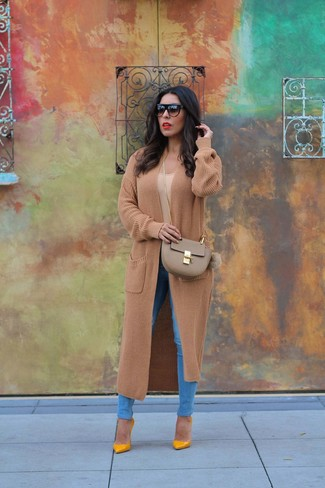 How to wear: mustard leather pumps, blue skinny jeans, tan crew-neck t-shirt, camel knit coat
