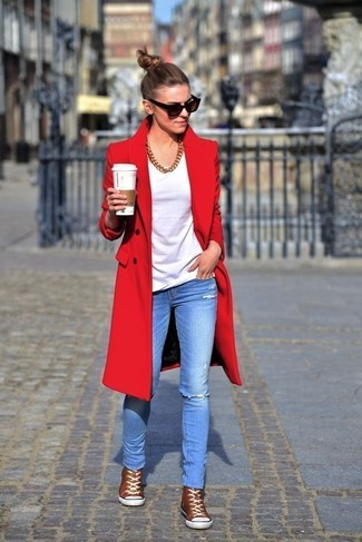 How to wear: brown high top sneakers, light blue ripped skinny jeans, white crew-neck t-shirt, red coat