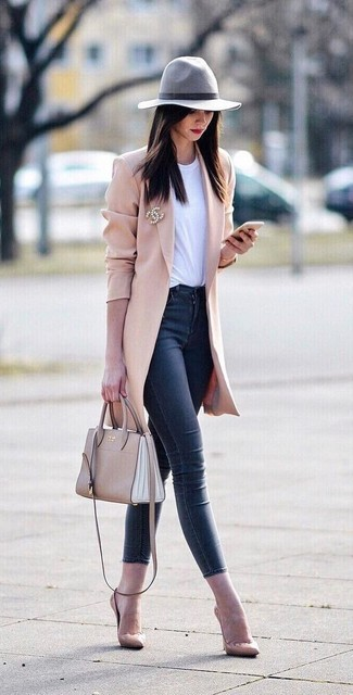 How to wear: beige leather pumps, navy skinny jeans, white crew-neck t-shirt, pink coat