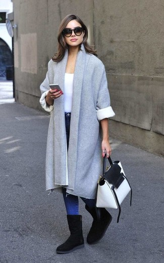 How to Wear a Grey Coat For Women: A grey coat and blue skinny jeans are amazing staples that will integrate nicely within your day-to-day off-duty routine. Why not take a more laid-back approach with footwear and complement this ensemble with black uggs?
