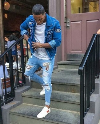 How to wear: white leather low top sneakers, light blue ripped skinny jeans, white crew-neck t-shirt, blue denim jacket