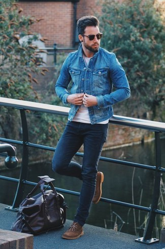 How to wear: brown suede desert boots, navy skinny jeans, white crew-neck t-shirt, blue denim jacket
