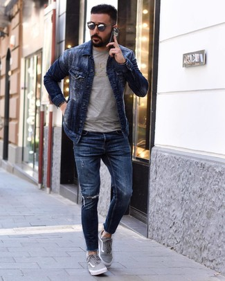 How to wear: grey canvas low top sneakers, navy ripped skinny jeans, grey print crew-neck t-shirt, navy denim jacket