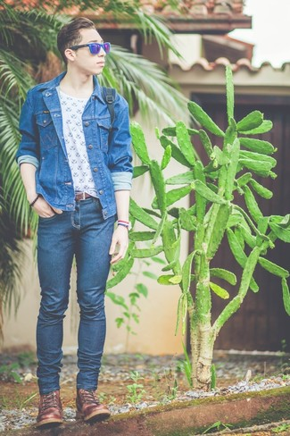 How to wear: brown leather casual boots, navy skinny jeans, white and blue print crew-neck t-shirt, blue denim jacket