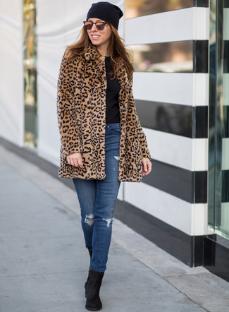 How to wear: black suede ankle boots, blue ripped skinny jeans, black crew-neck t-shirt, tan leopard fur coat