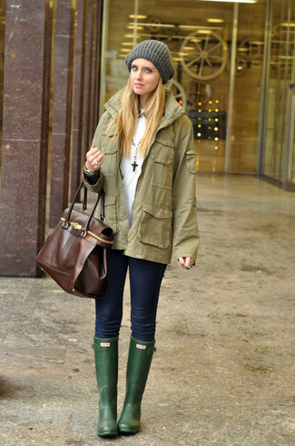 How to wear: dark green rain boots, navy skinny jeans, white crew-neck t-shirt, olive military jacket