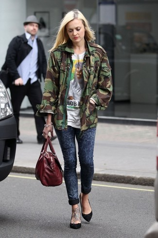 How to wear: black suede pumps, navy skinny jeans, white print crew-neck t-shirt, olive camouflage military jacket